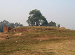 チュンダの村の仏塔跡