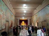 寺院内部には野生司香雪氏の壁画