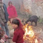 火で暖を取る人々